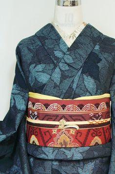 スモークブルーと黒の糸で織り出されたアッシュネイビーの木の葉モチーフがモダンなウール単着物です。