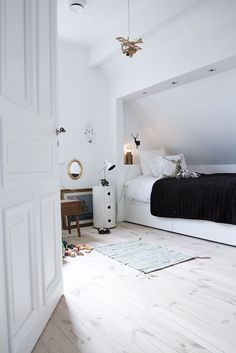 barnrum – Rebecca Pecci Small Attic Room, Small Loft, Attic Rooms, Attic Spaces, Dream Bedroom, Kids Bedroom, Amber Room, Loft Room, Paint Colors For Living Room