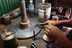 Сам процесс нанесения граней и их полировка происходит на шлифовальных станках с алмазными дисками. Камни при этом прикреплены специальной смолой к палочкам, которые зажимают в специальных устройствах. #zircon #cutting