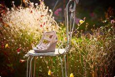 Der Keilabsatz in Holzoptik und die stylishe Metall-Kette, die den T-Steg der Silky Smooth Sandalen bildet, sind ein absoluter Hingucker dieser Clarks Sandalen! #FS13