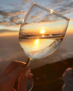 Best Wine for Beginners - Wine On My Time Wine Photography, Photography Poses, Beach Photos, Cool Photos, Wine Drinks, Alcoholic Drinks, Wine Glass, Glass Art, Couple Romance