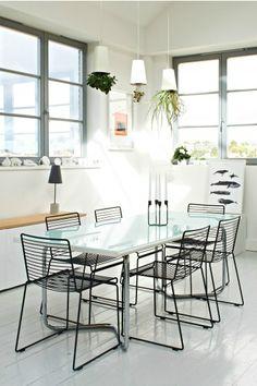 Große Fenster und hängende Pflanzentöpfe - Essbereich von Made-Kundin Fiona in England. | Made Unboxed