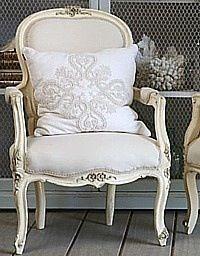 superbe ce fauteuil style Louis XV repeint en blanc pour un petit coin romantique