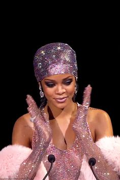 Rihanna Shows Off New Fenty Body Glitter in Sexy as Hell Tutorial Rihanna Body, Mode Rihanna, Rihanna Show, Rihanna Style, Rihanna Fenty, Aesthetic Gif, Pink Aesthetic, Aesthetic Wallpapers, Glamour
