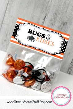 Halloween Bag Toppers, Bugs Kisses, DIY, Printable Looking for a cute, inexpensive classroom gift or party favor? How about a bag of sweet halloween treats Bonbon Halloween, Halloween Treats For Kids, Halloween Goodies, Halloween Birthday, Holidays Halloween, Holiday Treats, Halloween Diy, Halloween Goodie Bags, Halloween Teacher Gifts