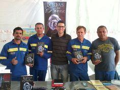 O escritor Daniel Moraes (no centro) e parte da equipe de colaboradores da empresa Citeluz S/A, compareceram no evento para prestigiar e adquirir o livro Bodas de Papel.