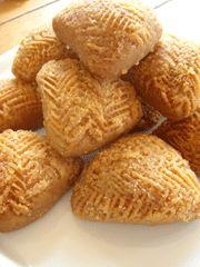 Oti katsi..: Ισλί (γεμιστά μελομακάρονα πολίτικα ) Greek Desserts, Greek Recipes, Xmas Food, Christmas Sweets, Peanut Butter Balls, Vegan Cake, Sweet Treats, Food And Drink, Tasty