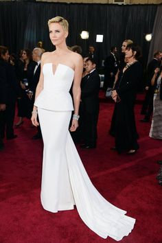 Resalta tu elegancia y luce espectacular de blanco. Charlize Theron at the Oscars 2013 | Pictures