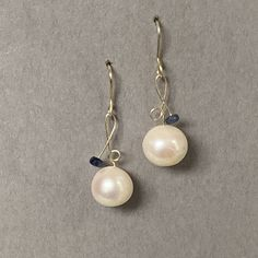 Gouden oorbellen met parel en blauwe saffier Pearl Earrings, Jewelry, Pearl Drop Earrings, Pearl Studs, Bijoux, Jewlery, Jewels, Bead Earrings, Jewelery