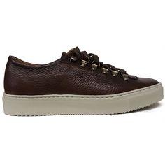 Zapato deportivo tipo bamba con la piel grabada en color marrón de Calce vista lateral