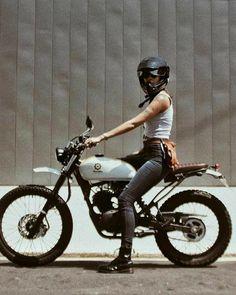 Bikermermaid in sella a Yamaha cafe racer motociclista motociclista. Cafe Racer Girl, Cafe Racer Style, Cafe Racer Bikes, Cafe Racers, Blitz Motorcycles, Cafe Racer Motorcycle, Motorcycle Design, Motorcycle Style, Women On Motorcycles