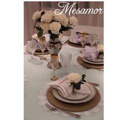 Compre já o seu!  Capa sousplat Shantung dourado, rosa branca, guardanapo e jogo americano Renda Renascença