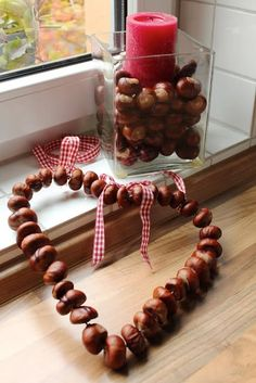 kastanien deko Chestnut decoration - the most beautiful ideas and DIY instructions for autumn! - Heart window decoration for autumn # Door wreath - Diy Crafts To Sell, Diy Crafts For Kids, Home Crafts, Autumn Crafts, Nature Crafts, Dyi Couture, Ideas Decoracion Navidad, Ideas Prácticas, Fall Diy