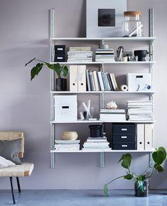En idé til organisering av hybelen med ei elegant bokhylle med esker, bilder og…