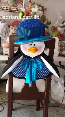 .: CUBRE SILLAS NAVIDEÑOS MOLDES Y VIDEOS GRATUITOS - Autoria y credito en las fotos Christmas Holidays, Christmas Crafts, Merry Christmas, Chair Covers, Snowman, Diy And Crafts, Projects To Try, Lily, Small Houses