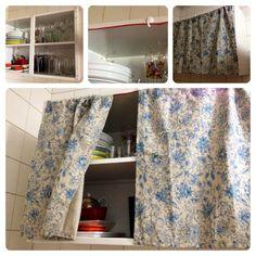 O armário sem porta deixado pelo proprietário pode ganhar uma cortininha e permanecer com simpatia na cozinha!  Simples, barato e sem furadeira ;)