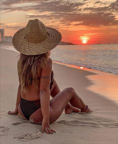 The best Hotels and Resorts are at the Hurb Travel Agency. Go travel! Beach Photography Poses, Beach Poses, Summer Photography, Poses For Pictures, Picture Poses, Photo Poses, Beach Aesthetic, Summer Aesthetic, Summer Pictures