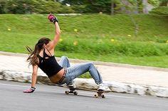 Cruising the streets Skate Girl, Skate Style, Skateboard Girl, Boho Life, Longboarding, Roller Skating, Skateboards, Tomboy, Outdoor Activities