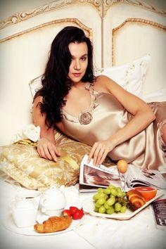 luxury breakfast for rich Audrey Hepburn Movies, Luxury Nightwear, Protein Energy, Bed Photos, Luxury Lifestyle Women, Satin Sleepwear, What Women Want, Cheesy Potatoes, Breakfast In Bed