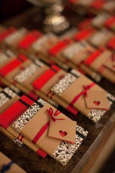Caderninhos artesanais p/ lembranças de casamento por www.malaguetacraft.com #favor
