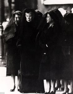 """The Three Queens In Mourning """" Feb. 1952 Queen Elizabeth II, Queen Mary and Queen Elizabeth, The Queen Mother stand at the entrance to London's Westminster Hall as the coffin of Britain's King George VI arrives to lie in state. The picture, which. Queen Elizabeth Parents, Princess Elizabeth, Princess Margaret, Queen Elizabeth Ii, Princess Diana, Queen Mother, Queen Mary, Royal Throne, Vincent Cassel"""