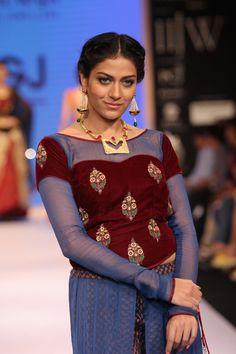 Model at the Indian International Jewellery Week Style Fashion, Fashion Beauty, Fashion Show, International Jewelry, Sari Blouse, Velvet Tops, Latest Pics, Jaipur, Saree