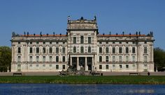 Schloss #Ludwigslust in Ludwigslust, Mecklenburg-Vorpommern; Anreise ab Schwerin, Übernachtungen zu Ostern ab 82€/Nacht/Zimmer; Foto: PodracerHH, Lizenz: CC-BY-3.0 (http://creativecommons.org/licenses/by/3.0/), Buchung: http://www.easyvoyage.de/hotels/schwerin/best-western-seehotel-frankenhorst-nichtraucherhotel-124368