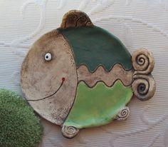 Ryba rybka Talířek na vánoční cukroví, na svíčku, na odložení...nebo třeba na kosti...zdobený zatřením oxidu a glazurami, šířka 13,5 cm Ten samý, ale velký talíř, je zde...Ryba Clay Fish, Ceramic Fish, Ceramic Animals, Clay Tiles, Christmas Ornaments, Holiday Decor, Pottery Ideas, Turtles, Home Decor