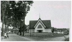 De Katholieke Pandukerk te Bandoeng op de splitsing van de Panduweg (links) en de Kruisweg/B. Sempani (rechts). De foto is van circa 1955.
