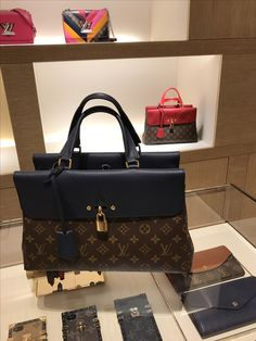 Many Types Of Womens Handbags. For most ladies getting an authentic designer handbag is not something to dash into. Because these bags can certainly be so high priced women sometimes worry over their decisions prior to making an actual purse acquisition. Coach Handbags, Louis Vuitton Handbags, Purses And Handbags, Fashion Handbags, Fashion Bags, Fashion Trends, Classic Handbags, Luxury Bags, Beautiful Bags