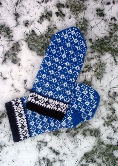 Hand knitted woolen mittens. Handschuhe. Warm, blue, black and white mittens for men. Patterned mittens