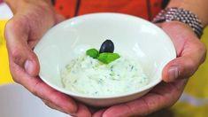Come fare lo tzatziki, salsa greca con yogurt greco cetrioli aneto olio di oliva Yogurt Greco, Tzatziki, Bartender, Ice Cream, Ethnic Recipes, Desserts, Food, Cream, No Churn Ice Cream
