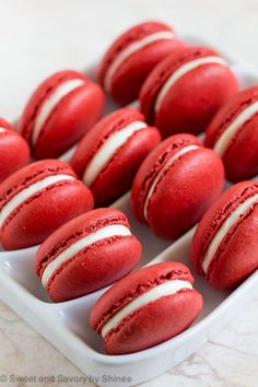 red home accents Stunning red velvet macarons are made to impress! my step by step visuals for these crisp and pleasantly chewy macarons filled with sweet and tangy cream cheese filling. Macaron Fimo, Macaron Cookies, Macaroon Cake, Desserts Français, Dessert Recipes, Cheesecake Desserts, Red Velvet Receta, Coconut Dessert, French Macaroons