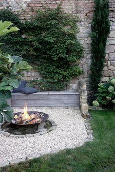 DIY Feuerecke im Garten - Garden Care, Garden Design and Gardening Supplies Back Gardens, Outdoor Gardens, Vertical Herb Gardens, Terrace Roof, Fire Pit Plans, Unique Garden, Colorful Garden, Pergola Diy, Corner Garden