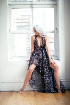 Pin by Paula Timbal on Hair and beauty in 2019 Sexy Older Women, Old Women, Sexy Women, Yasmina Rossi, Silver Haired Beauties, Long Gray Hair, Beautiful Old Woman, Ageless Beauty, Aging Gracefully