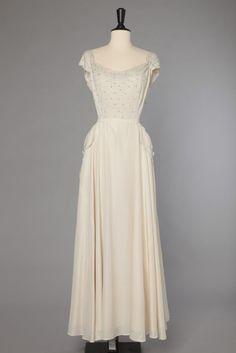 Robe longue en crêpe blanc brodée de perles et de strass et dentelle
