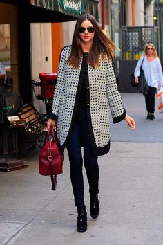 Miranda Kerr is easily one of the best dressed celebrities out there. We constantly find ourselves inspired by her outfits and Miranda Kerr Street Style, Street Style Blog, Street Style Women, Street Chic, Street Fashion, Women's Fashion, Madrid, Winter Outfits, Casual Outfits