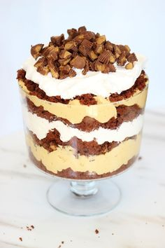 Chocolate cake, peanut butter pudding, and tons of Reese's cups make up this super easy and decadent trifle! And it definitely serves a crowd! Chocolate Trifle Desserts, Köstliche Desserts, Delicious Desserts, Dessert Recipes, Yummy Food, Sushi Recipes, Chef Recipes, Plated Desserts, Peanut Butter Cups