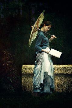 Reading woman. Femme lisant sous une ombrelle, debout.