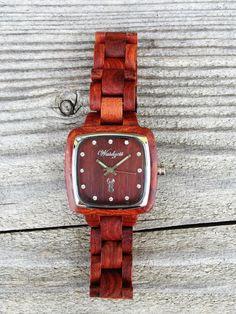 """""""Impuls"""" Pionieruhr für """"Sie"""": Mit ihrem warmen, rötlichen Farbton steht die """"Impuls"""" Pionieruhr symbolisch für Anregung und Antrieb. Demnach soll sie ihrer Trägerin Schwung und Kraft verleihen Wood Watch, Watches, Leather, Design, Accessories, Women's, Wooden Clock, Wristwatches"""