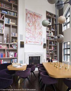 Ce loft nous inspire par son audacieuse association, les couleurs des chaises rappellent les teintes du tableaux, lorsque la table, le luminaire et la bibliothèque jouent entre les nuances de marron.   l couleurs tendances l décoration d'intérieure l inspirations et idée l   Pour plus d'idées, cliquez ici : http://www.brabbu.com/all-products/