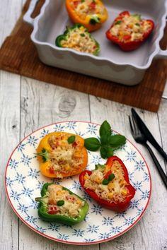 """Un plat complet qui sent bon l'été, rempli de couleurs ! Mettez du soleil dans vos assiettes avec ces poivrons farcis au riz, poulet, tomates et maïs. Cette jolie recette je l'ai trouvée sur le blog """"Cuisine-addict"""" de Sandra, repérée il y a quelques..."""