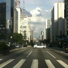 Em plana avenida...