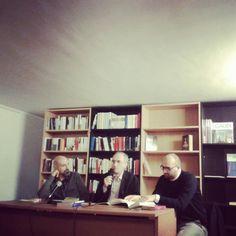 """Massimiliano Borelli presenta """"Prose dal dissesto"""" ala libreria Pagine e Caffè di Roma, con Massimiliano Manganelli e Francesco Muzzioli."""