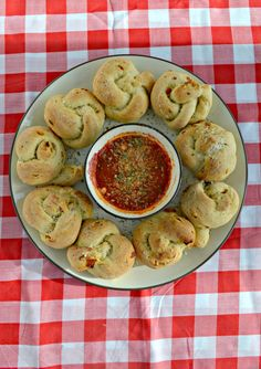 Need a Game Day Snack? Try these PIzza Popper Rolls with pepperoni and cheese!
