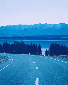 I have this thing for roads whenever I am in the beginning of one I feel like it could take me anywhere  Good thing is that not so many days until the next roadtrip! #newzealand #laketekapo #roadtrippin #southernalpsnz #adventures