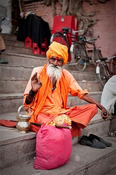 Saddhu on the Ghats of Benares – India – Abbey-Gayle – Join the world of pin World Photography, Photography Women, Teen Beach Pictures, Le Taj Mahal, Indian Family, Amazing India, Indian People, Photos Voyages, Varanasi