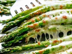 Even non-asparagus fans LOVE this recipe! Cheesy Garlic Roasted Asparagus tastes absolutely amazing…the whole family gets behind this one. roasted asparagus The easiest way to get asparagus into your diet … Oven Roasted Asparagus, Asparagus And Mushrooms, Asparagus Recipe, Asparagus Spears, Grilled Asparagus, Best Side Dishes, Side Dish Recipes, Healthy Dishes, Healthy Recipes