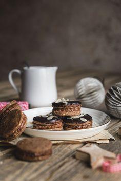 Perníkové kolieska s nugátovým krémom - The Story of a Cake Xmas Food, Nutella, Place Card Holders, Cookies, December, Cake, Christmas Recipes, Food Ideas, Biscuits