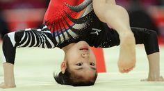Japonesa Yu Minobe cai da trave e bate a cabeça no chão durante a final feminina por equipes da ginástica artística